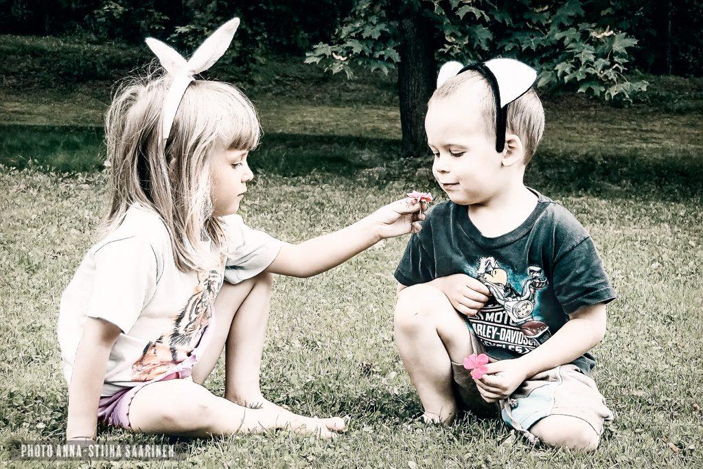 A Gift, sisterhood, photo Anna-Stiina Saarinen