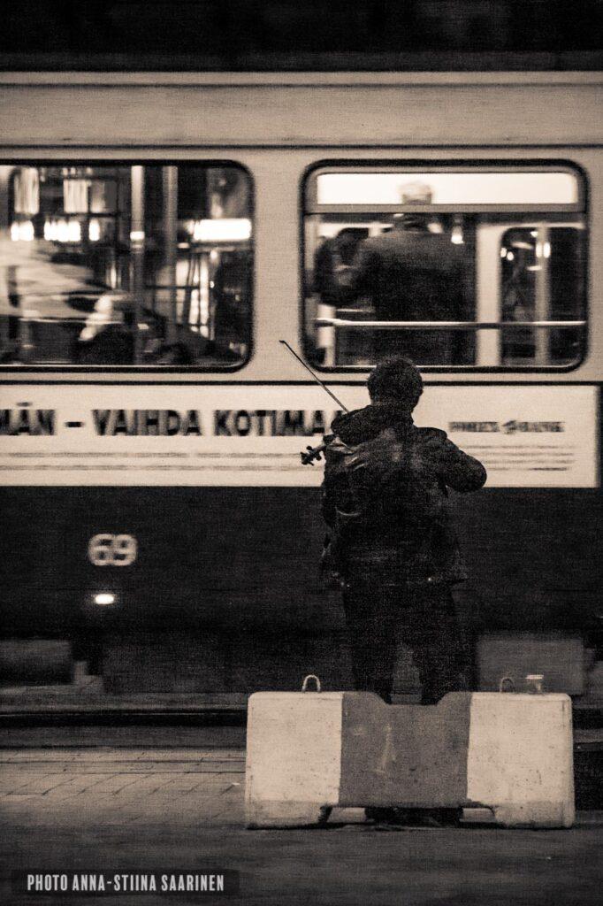 Street musician in the night Helsinki photo Anna-Stiina Saarinen annastiinasphotos.com